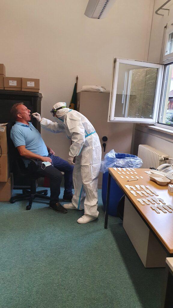 Häffner-Mitarbeiter beim kostenlosen Covid-19 Antigen-Schnelltest